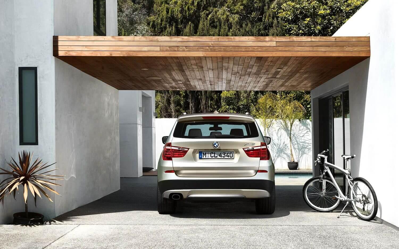 Casa com cerâmica para garagem em cinza e cobertura de madeira