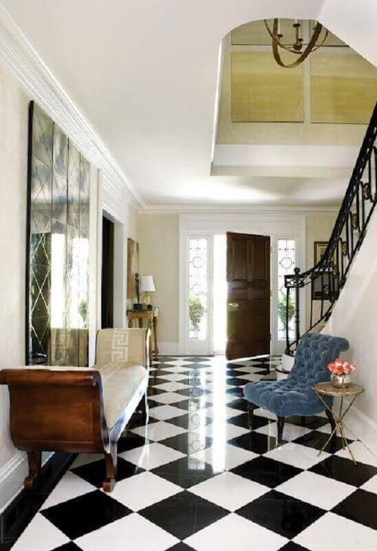 Casa com escada decorada com piso xadrez preto e branco Foto Apartment Therapy