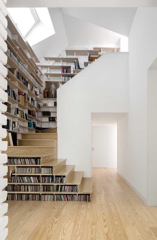 Casa com estante de canto planejada na parede da escada