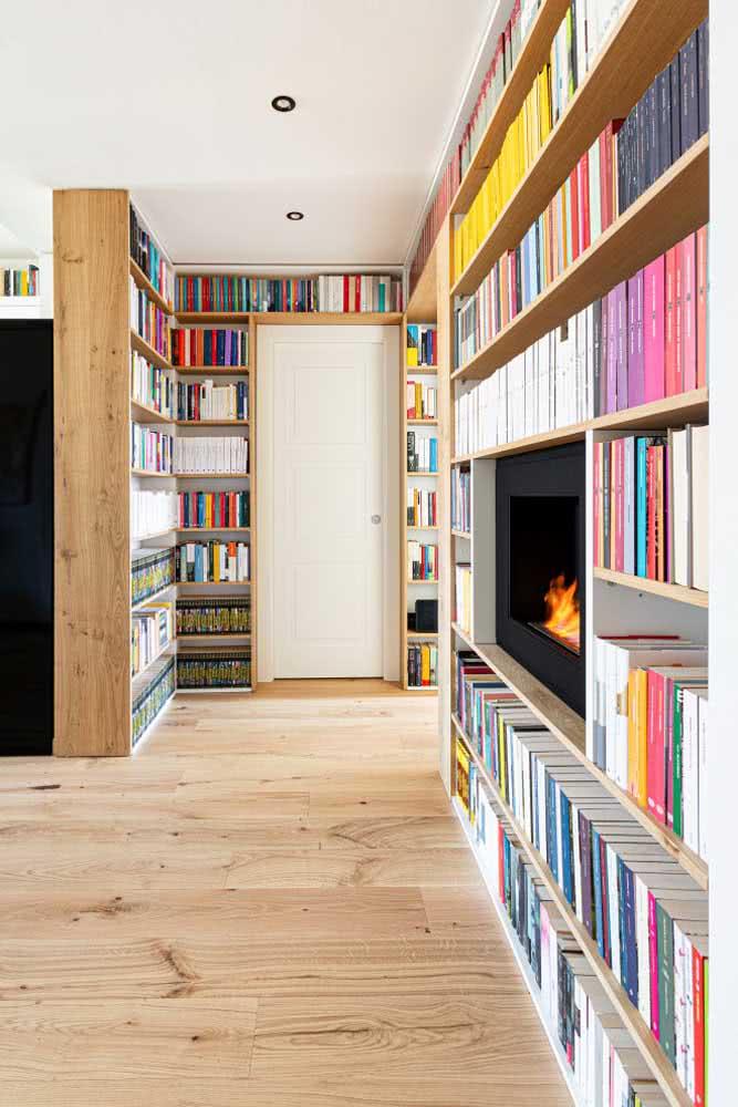 Casa com estante de canto planejada para livros em casa e lareira