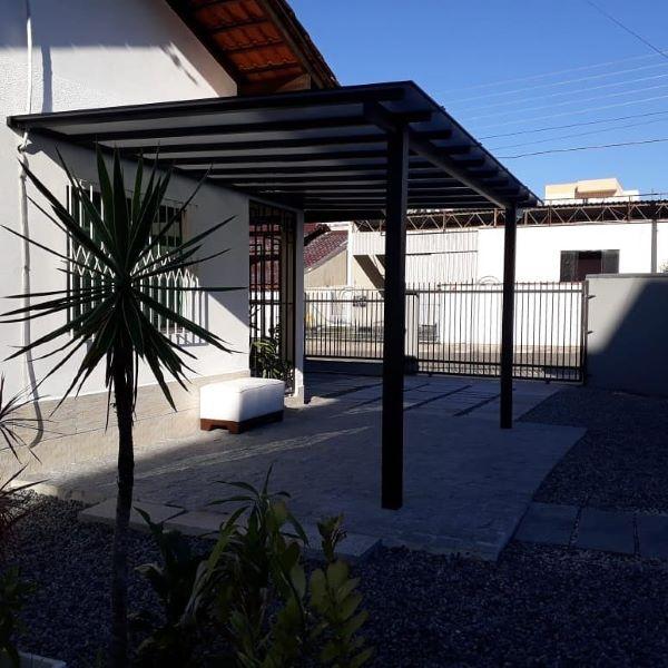 Casa com garagem de pergolado acoplada