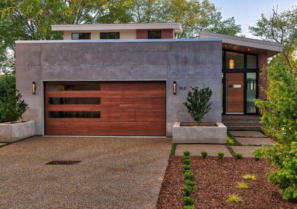 Casa com garagem de portão de madeira e vidro