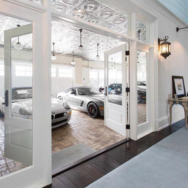 Casa com garagem para carros de luxo