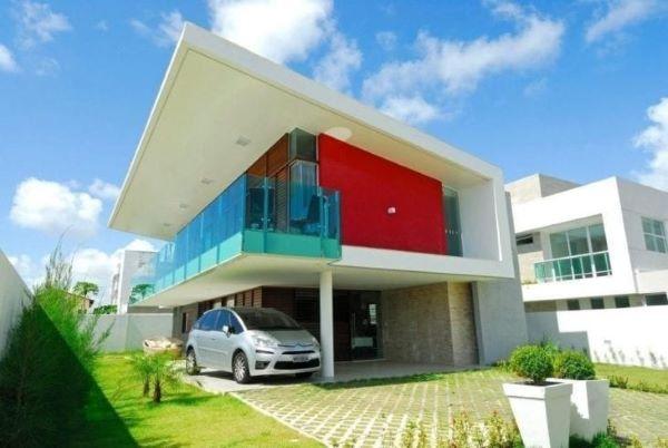 Casa com modelos de garagem coberta e espaço para carros no jardim