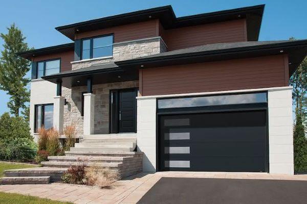 Casa com modelos de garagem e portão de ferro