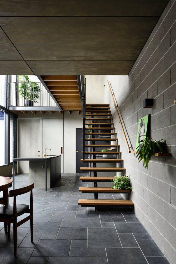 Casa com piso de ardósia preta na decoração