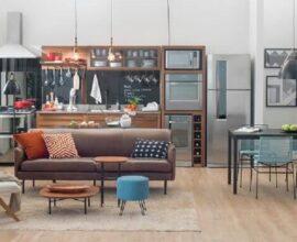 Casa conceito aberto decorada com sofá com pé palito TokStok