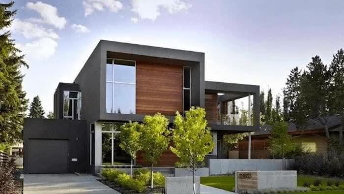 Casa grande com modelos de garagem cobertas e portão preto