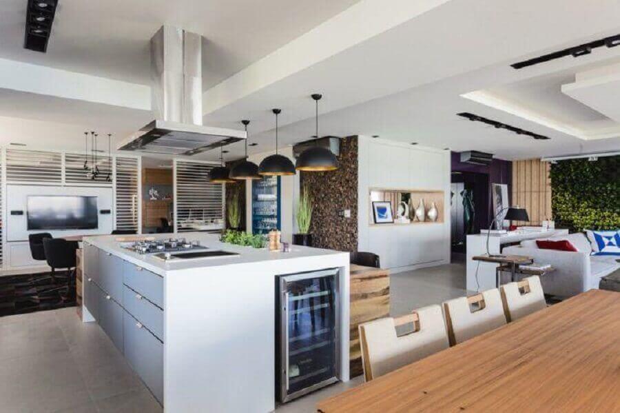 Casa grande decorada com pendente preto para cozinha aberta com ilha Foto Juliana Pippi