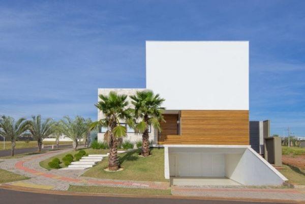 Casa moderna com garagem coberta e portão branco