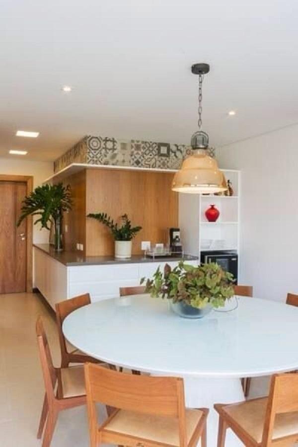 Casa moderna com mesa de jantar branca e redonda