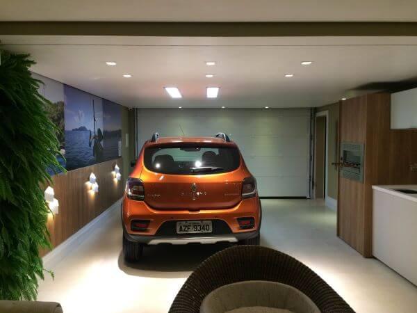 Cerâmica para garagem bege com parede verde e parede de madeira