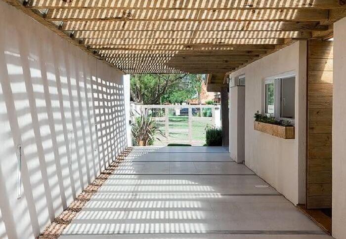Cerâmica para garagem bege e teto de madeira