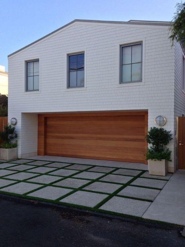 Cerâmica para garagem com portão de madeira e grama no piso