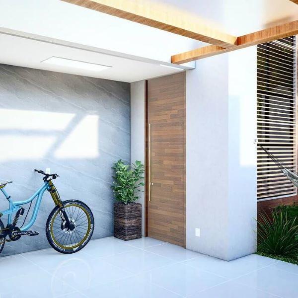 Cerâmica para garagem com portão de madeira moderno