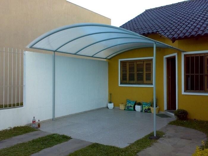 Cerâmica para garagem com toldo de policarbonato