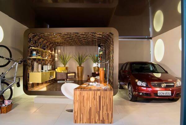 Cerâmica para garagem e mesa de madeira no espaço moderno