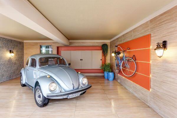 Cerâmica para garagem que imita madeira e parede no mesmo material
