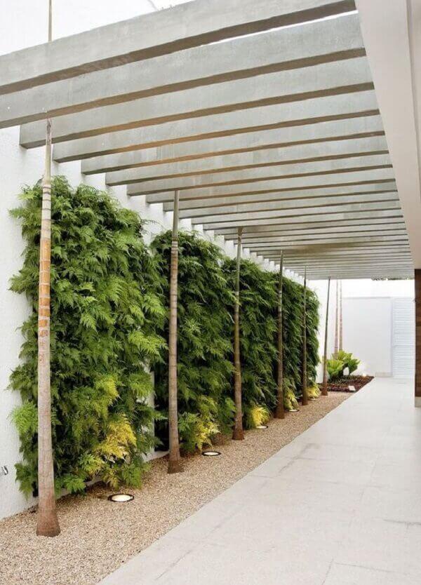 Cerâmica para garagem em bege e parede de jardim