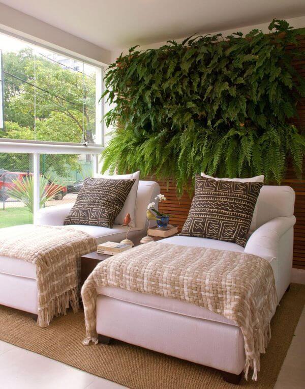 Chaise branca e aconchegante com almofadas grandes estampadas