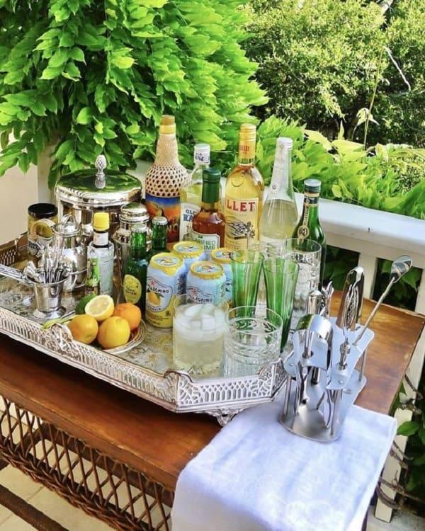 Coloque sobre a bandeja bar suas bebidas preferidas. Fonte: Pinterest