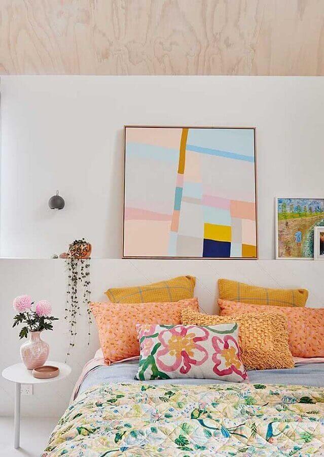 Como decorar um quarto branco com almofadas e quadros coloridos Foto Jeito de Casa