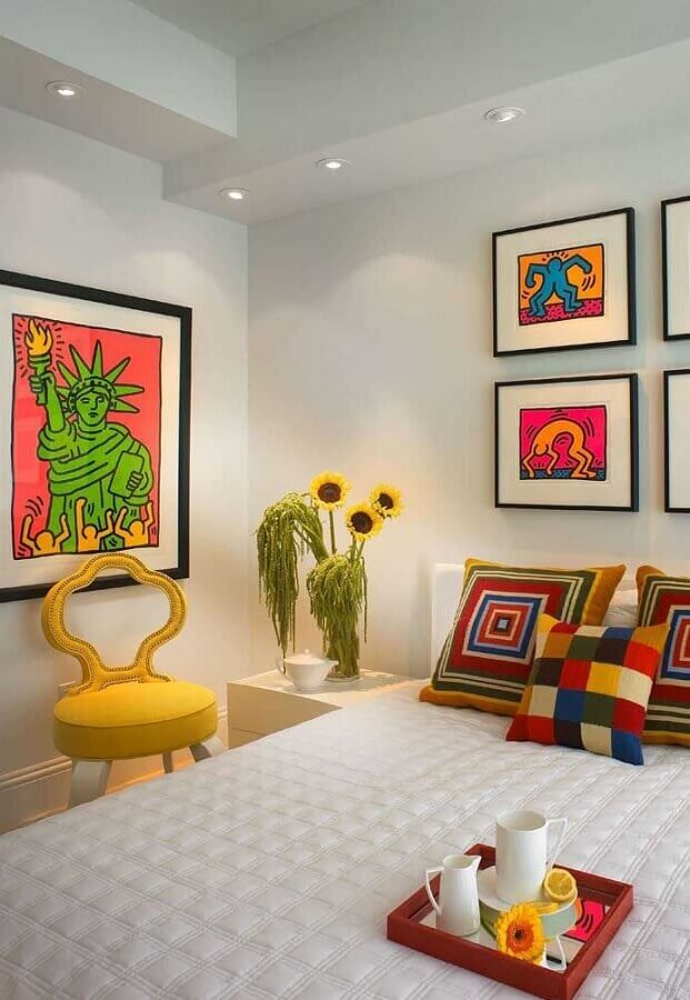 Como decorar um quarto branco com quadros e almofadas coloridas Foto Home Fashion Trend