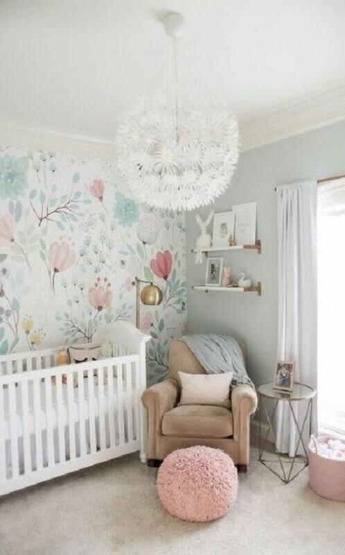 Como decorar um quarto de bebê branco com papel de parede floral e lustre redondo moderno Foto Pinterest