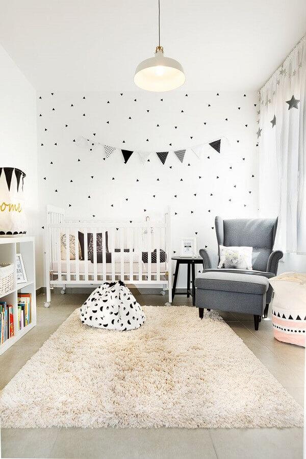 Como decorar um quarto de bebê branco com varal de bandeirinhas Foto Archilovers