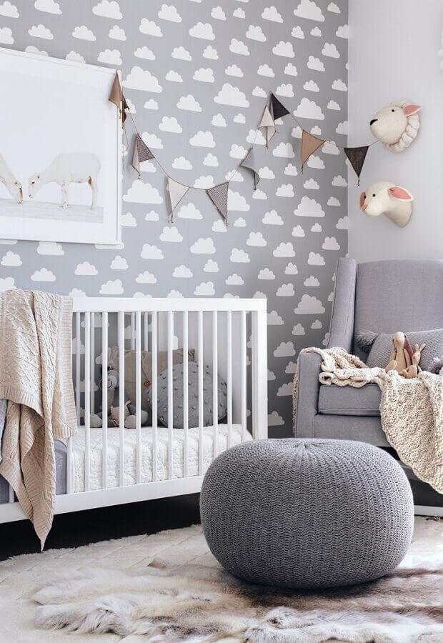 Como decorar um quarto de bebê cinza e branco com puff de crochê e papel de parede de nuvens Foto Pinterest