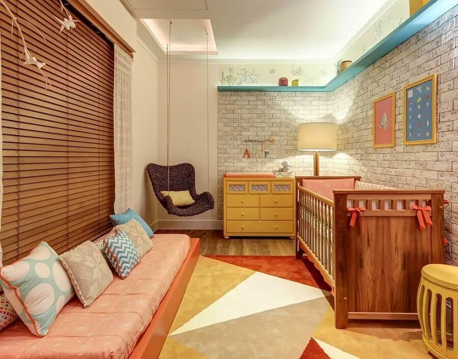 Como decorar um quarto de bebê com papel de parede tijolinho e cômoda amarela Foto Jeito de Casa