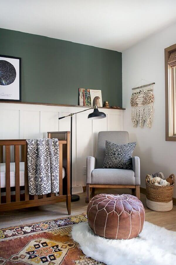 Como decorar um quarto de bebê com parede verde escuro e puff redondo de couro Foto Pinterest