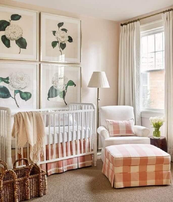 Como decorar um quarto de bebê feminino com quadros de flores e puff xadrez Foto Jeito de Casa