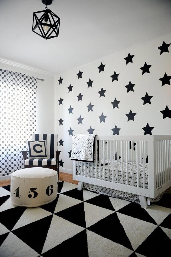 Como decorar um quarto de bebê preto e branco com parede de estrelinhas Foto Frenchy Fancy