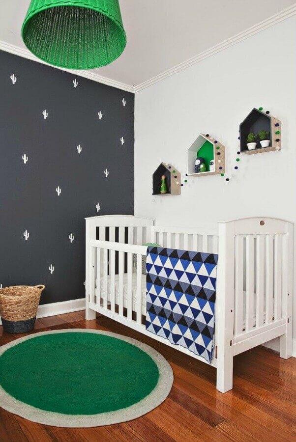 Como decorar um quarto de bebê simples com tapete redondo e parede cinza Foto Home Fashion Trend