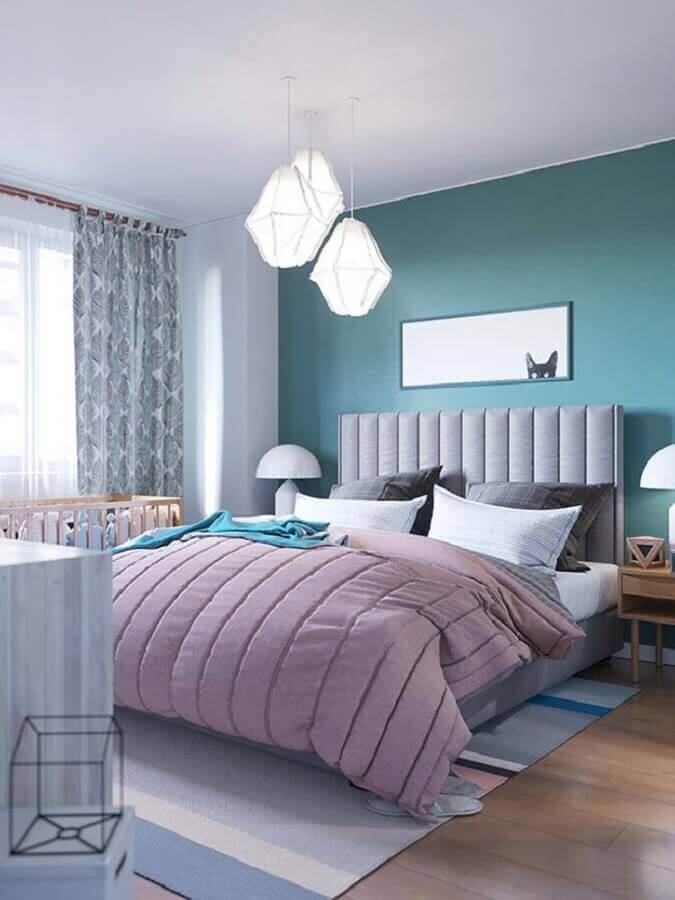 Como decorar um quarto de casal azul e branco com cabeceira cinza estofada e luminária moderna Foto Pinterest