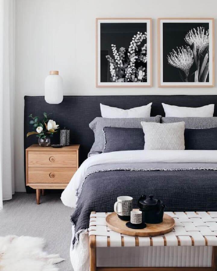 Como decorar um quarto de casal cinza e branco com criado mudo de madeira e quadros de parede Foto Home Fashion Trend