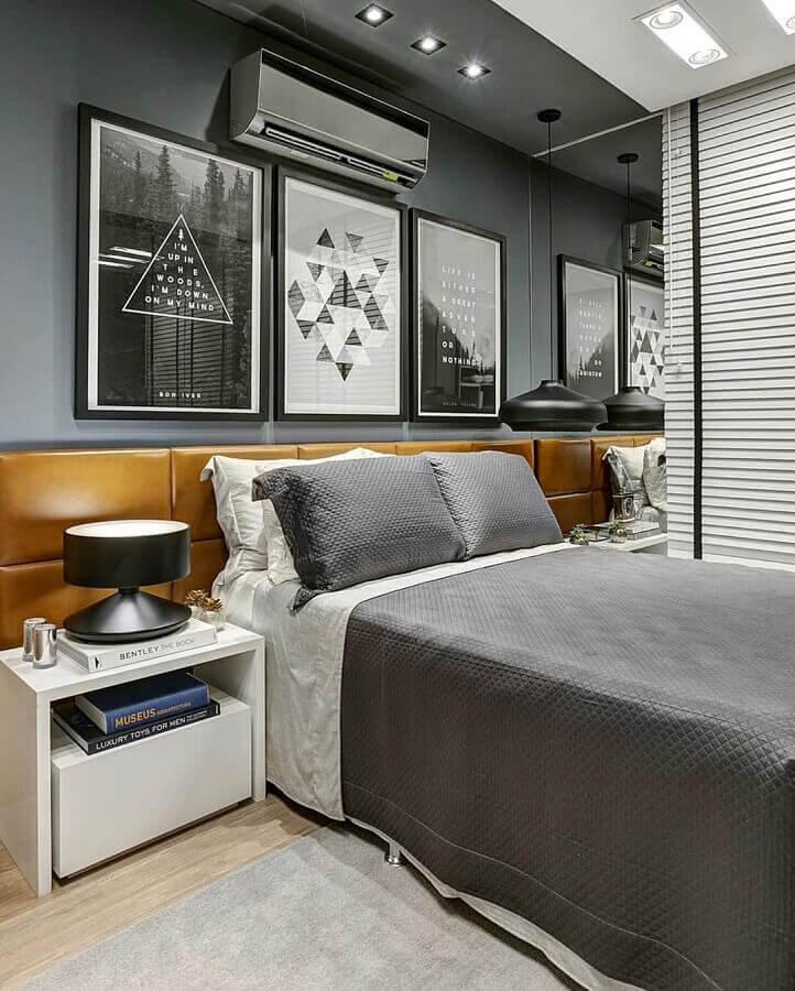 Como decorar um quarto de casal cinza moderno com quadros de parede e cabeceira de couro Foto Futurist Architecture