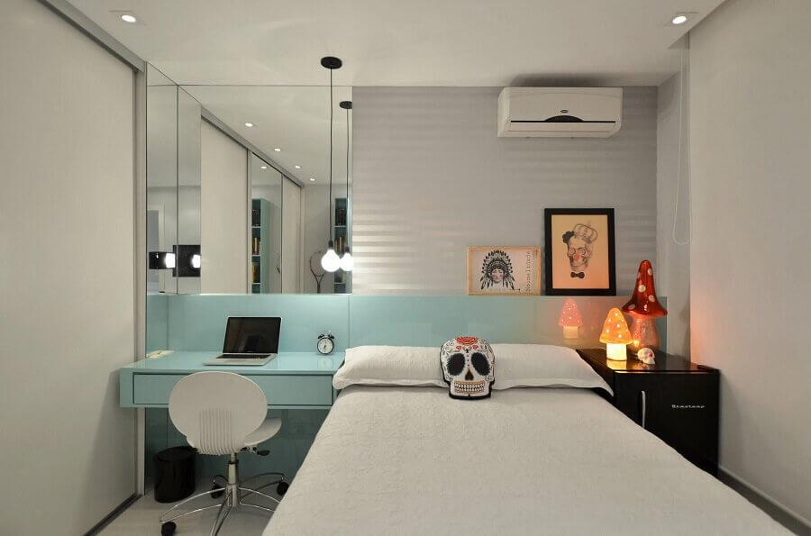 Como decorar um quarto de solteiro com parede espelhada e escrivaninha planejada azul claro Foto Pinterest