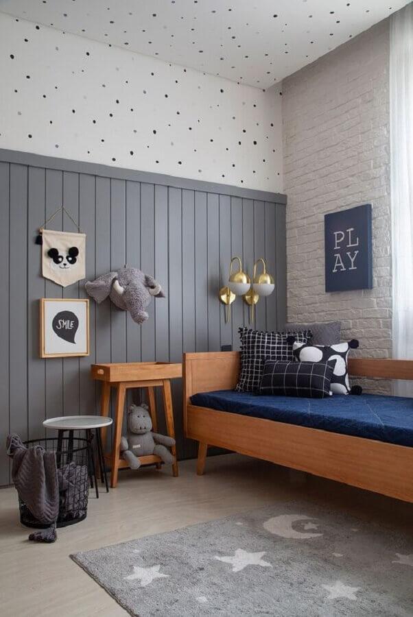 Como decorar um quarto de solteiro simples cinza com móveis de madeira Foto Casa de Valentina