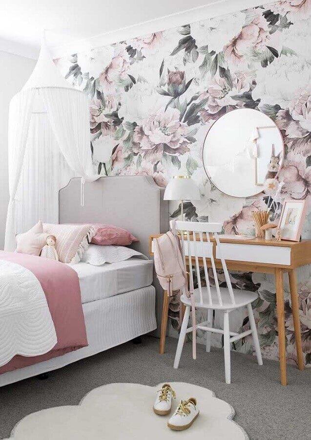 Como decorar um quarto feminino com papel de parede floral e penteadeira de madeira Foto Casa de Valentina