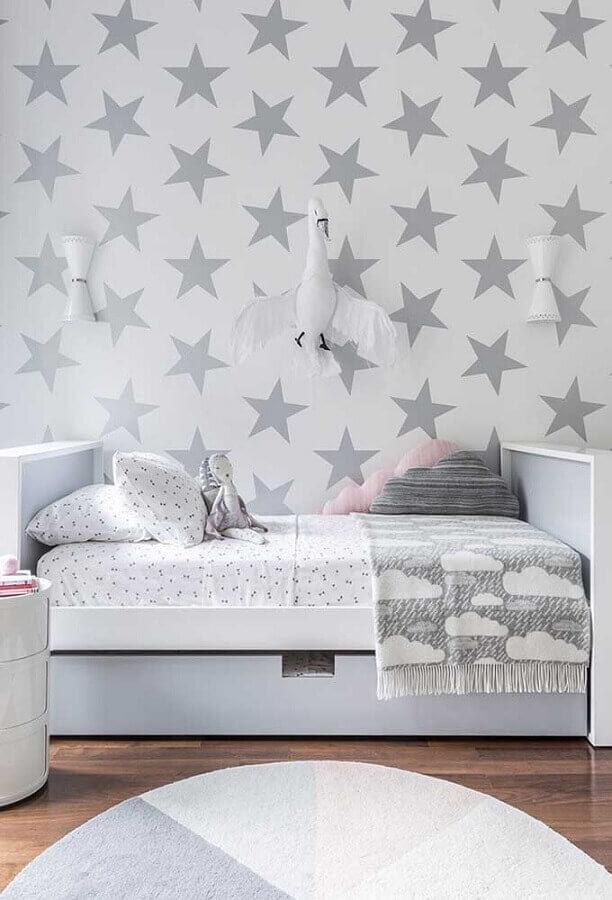 Como decorar um quarto infantil branco e cinza com papel de parede de estrelinhas Foto Pinterest