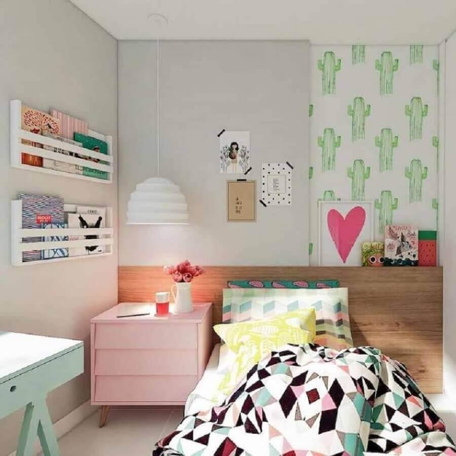 Como decorar um quarto infantil com papel de parede de cactos e móveis coloridos Foto Pinterest