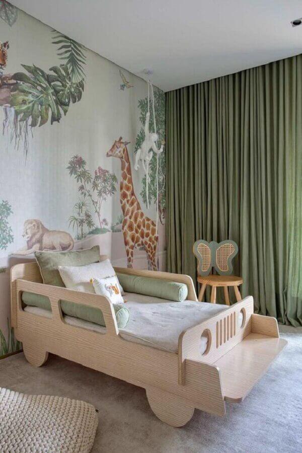 Como decorar um quarto infantil lúdico com cama de carrinho e papel de parede de animais Foto Casa de Valentina