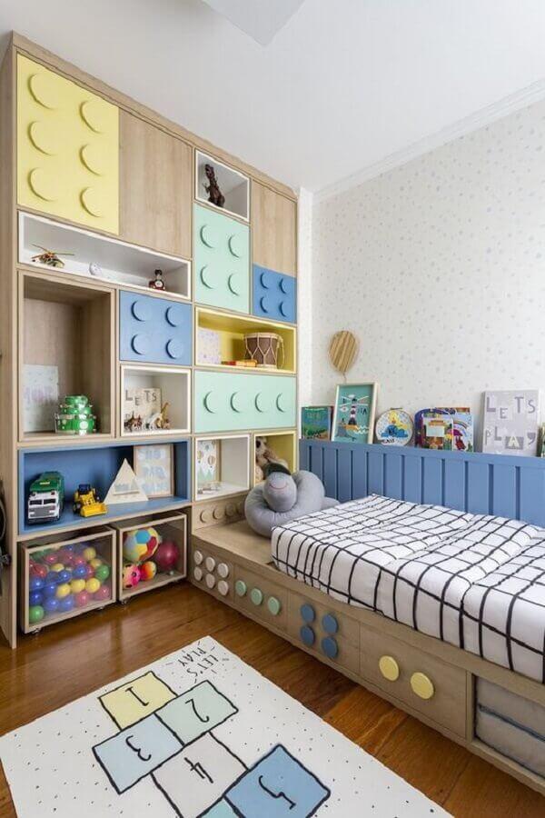 Como decorar um quarto infantil planejado com portas em formato de peças de brinquedo Foto Pinterest