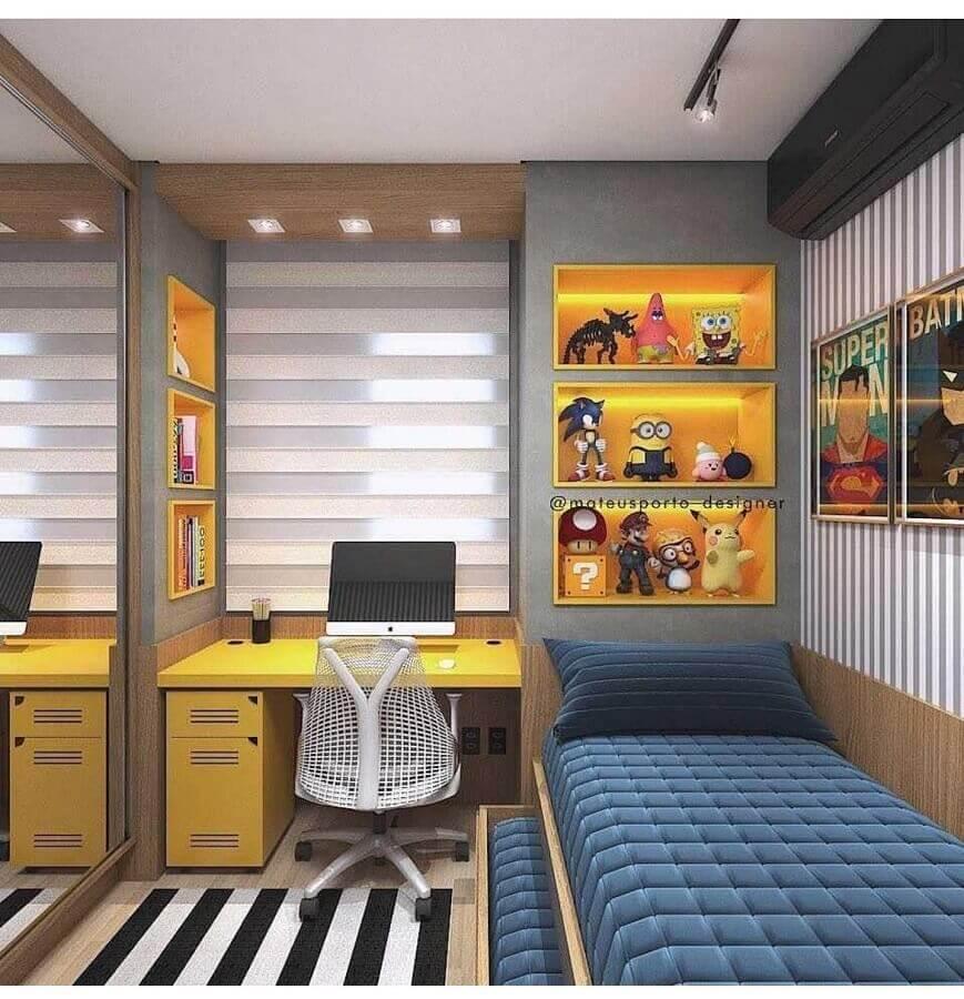 Como decorar um quarto masculino pequeno com tapete listrado e escrivaninha amarela Foto Interior Design Inspiration