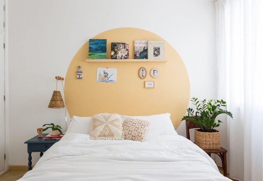Como decorar um quarto simples branco com pintura amarela na parede e luminária rústica Foto Histórias de Casa