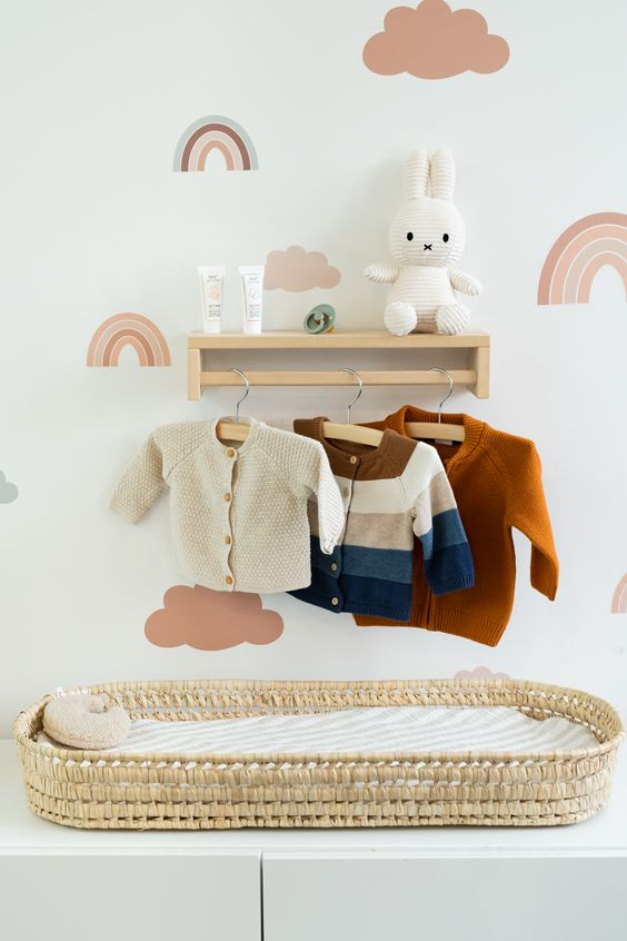 Cômoda com cabideiro de madeira e trocador para organizar o quarto de bebe moderno