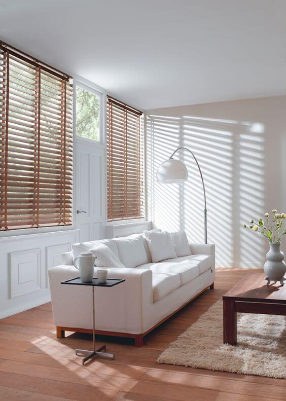 Controle a entrada de luz natural no ambiente com a persiana de madeira horizontal. Fonte: Pinterest