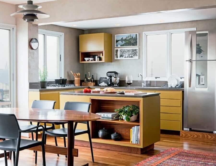 Cor ocre para decoração de cozinha aberta com ilha Foto  Alexandre Zanini